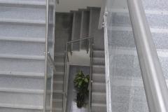 Üveges-rozsdamentes-inox-lépcsőkorlát-Ecser-irodaház-1