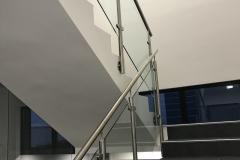 Üveges-rozsdamentes-inox-lépcsőkorlát-Győr-irodaház-4