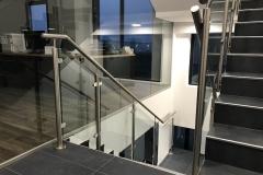 Üveges-rozsdamentes-inox-lépcsőkorlát-Győr-irodaház-5
