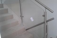 Üvegkorlát-rozsdamentes-inox-oszloppal-kapaszkodóval-34