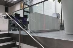 Üvegkorlát-vonalmenti-rögzítéssel-kapaszkodóval-1