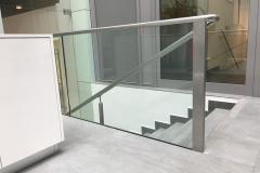 Üvegkorlát-vonalmenti-rögzítéssel-kapaszkodóval-2